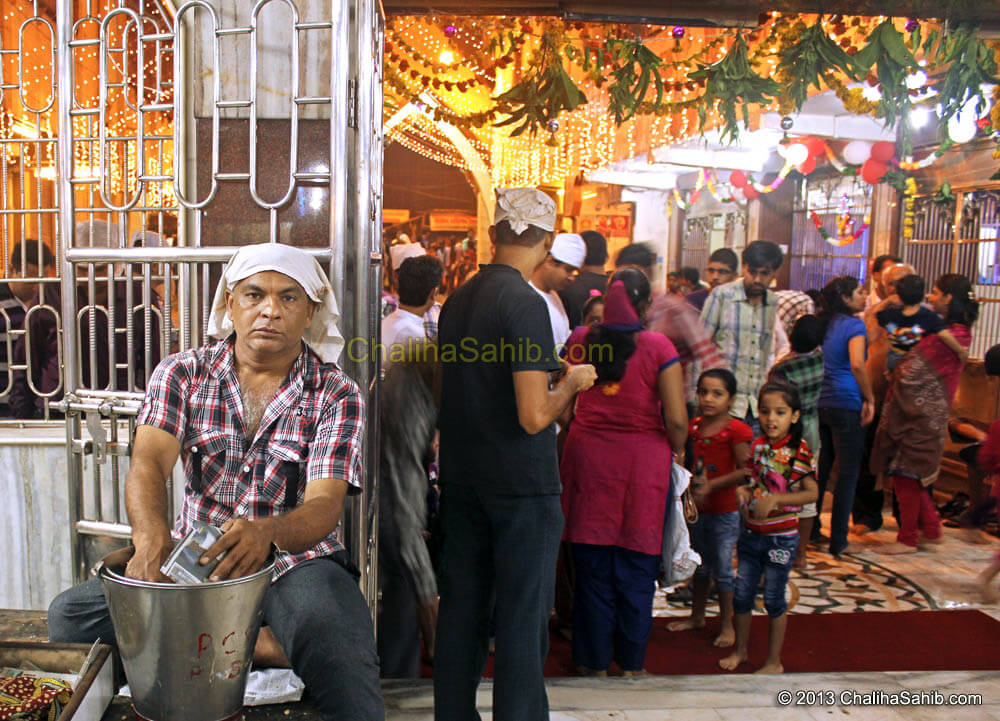 Chaliha Sahib Festival 2013, Prasad distribution by Devotee