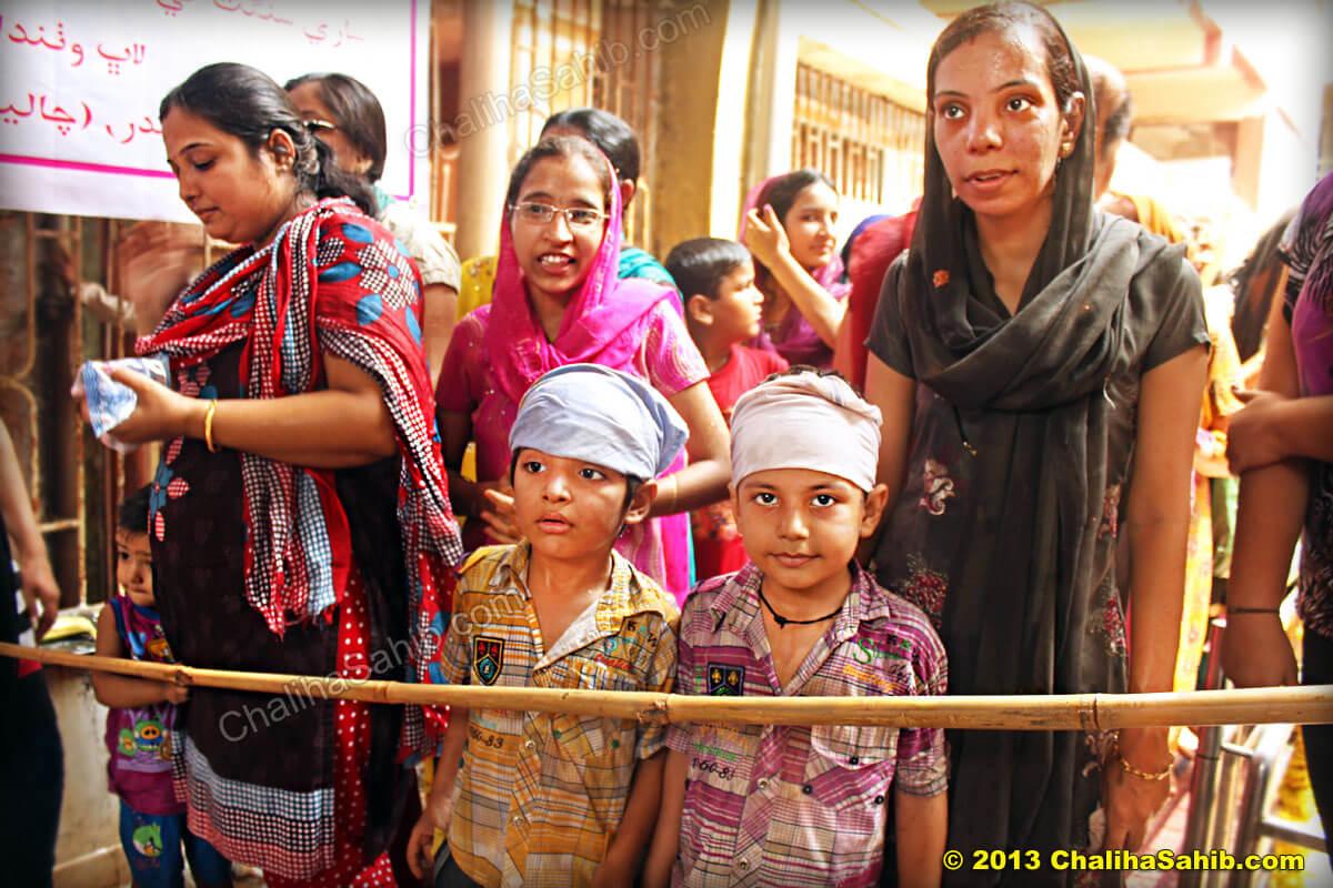 Children_visiting_Chaliha_Sahib_Matki_Mela