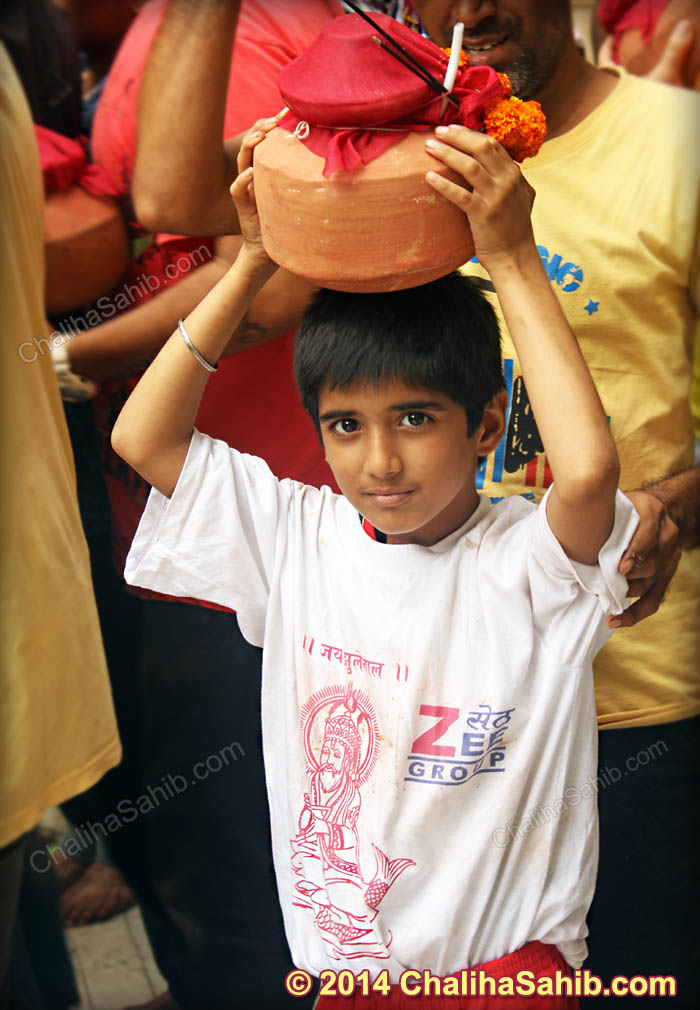 Little_Boy_With_Matki_on_head_and_Jhulelal_T_Shirt