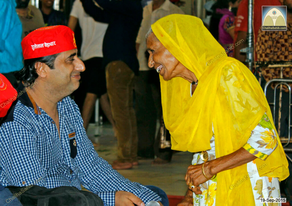 Vijay-Wadhwa-speaking-to-old-woman-Chaliha-Sahib-Mandir