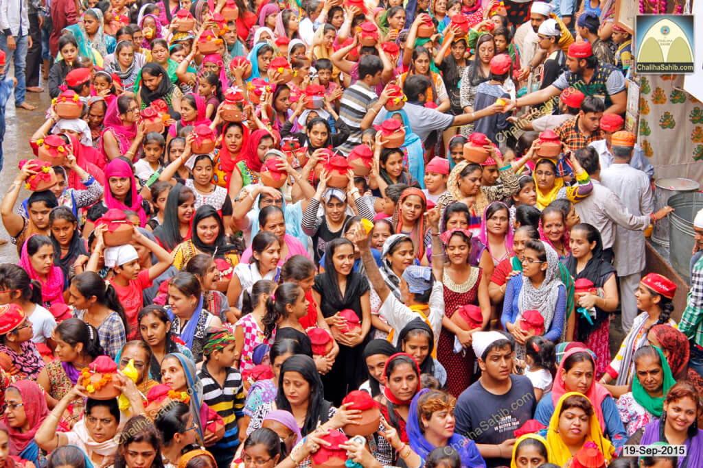 Chaliha-Sahib-Mandir-Crowd-of-ladies-with-matki2