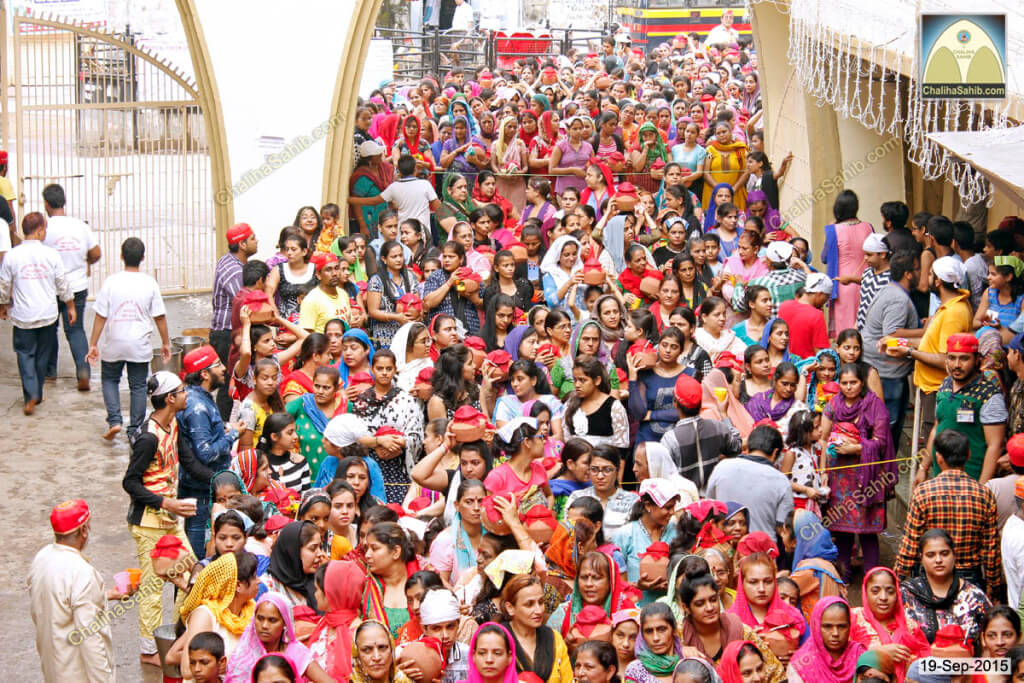Chaliha-Sahib-Mandir-Crowd-of-ladies-with-matki3