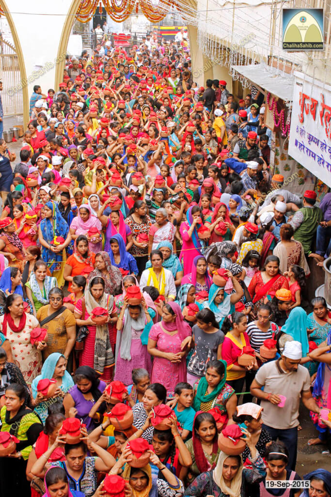 Chaliha-Sahib-Mandir-Crowd-of-ladies-with-matki4