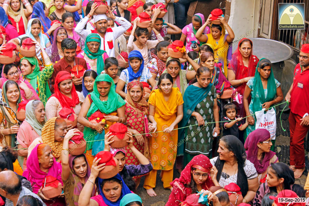 Chaliha-Sahib-Mandir-Crowd-of-ladies-with-matki5