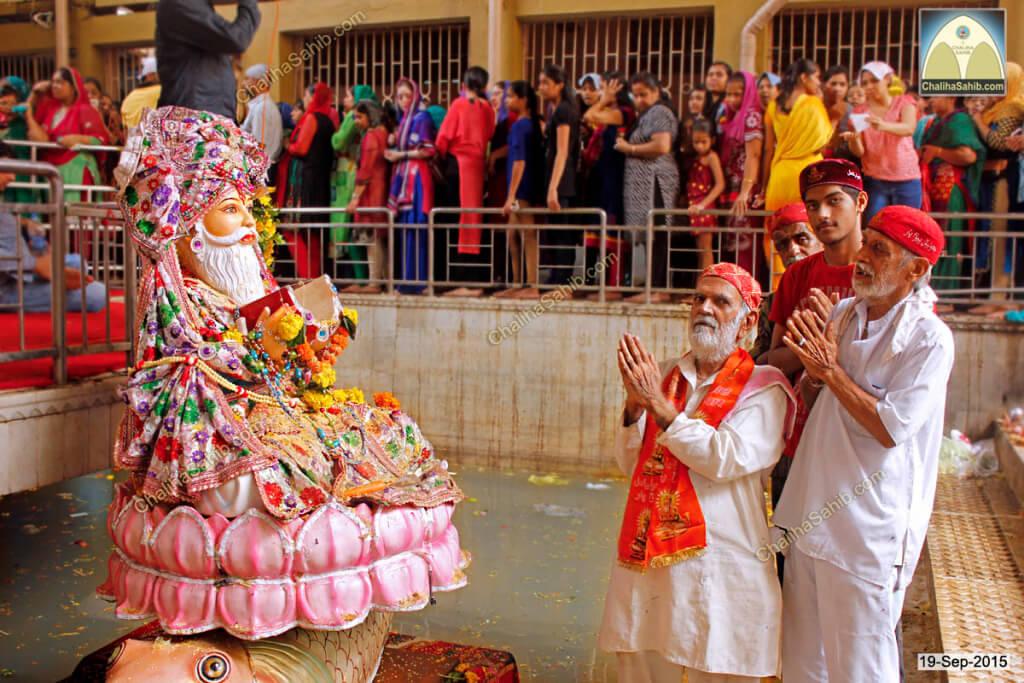 Chaliha-Sahib-Mandir-Devotees-praying-Jhulelal-Sain