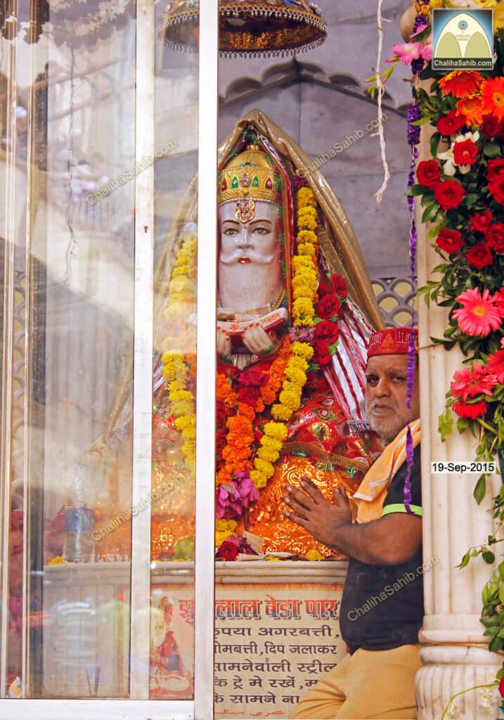 Chaliha-Sahib-Mandir-Jhulelal-Murti-Poojari