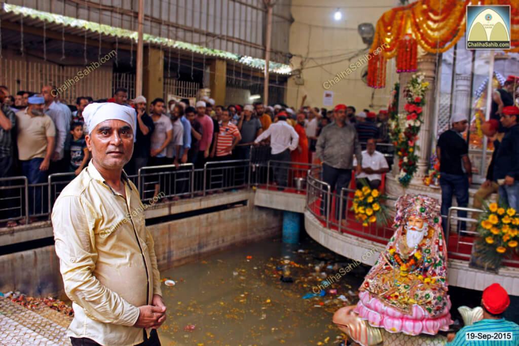 Chaliha-Sahib-Mandir-Shevadhari-praying